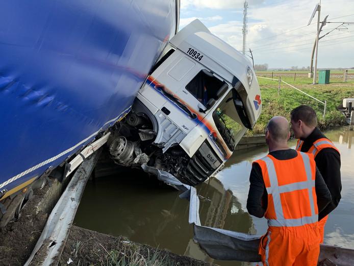 De chauffeur bleef ongedeerd.