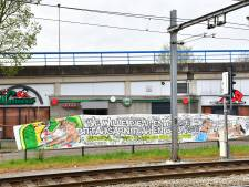 ADO-spandoek ondergekliederd met davidsterren in Zoetermeer
