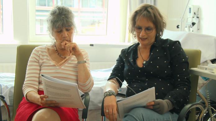 Hella de Jonge (links) en Kitty Trepels van Mil nemen het script door van een van Kitty's solovoorstellingen.