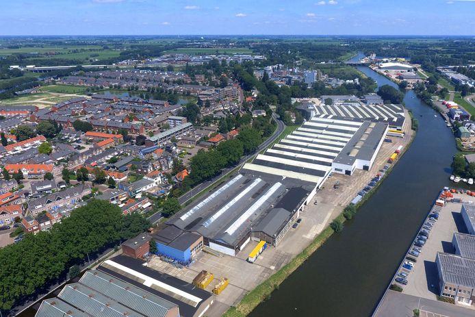 De loodsen op bedrijventerrein Arkelsedijk, gelegen aan de Linge, moeten wijken voor woningen. Links ligt de Gorcumse Lingewijk.