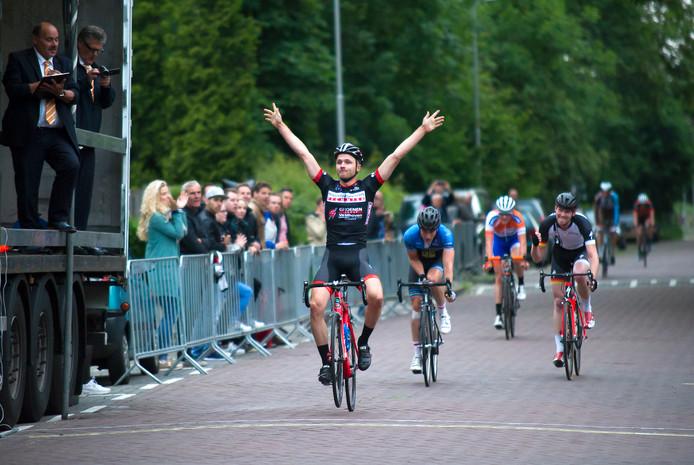 De Ronde van Elden: Robin Wennekes wint met overmacht.