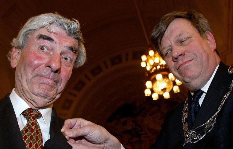 Voormalig minister-president Ruud Lubbers ontving in het Rotterdamse stadhuis de Van Oldebarneveldpenning uit handen van toenmalig burgemeester Ivo Opstelten Beeld ANP