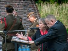 Defilé en bloemengroet bij Indië-monument Bossche Zuiderpark