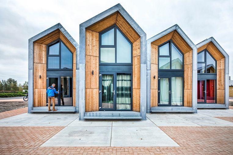 Tijdelijke woningen in Nijkerk. Er staan 28 verplaatsbare microwoningen, 'Heijmans One', voor één of twee personen. Beeld Raymond Rutting / de Volkskrant