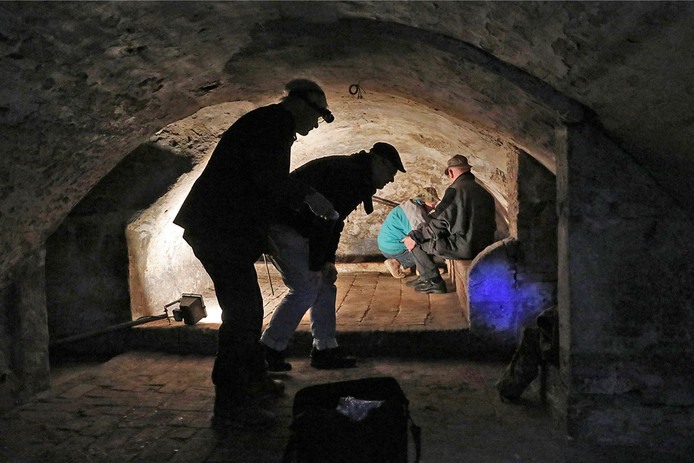 Werkfoto van het boek over de kelders van Ravenstein.