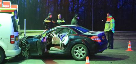 Auto ramt voertuigen bij tankstation langs A1 bij Amersfoort