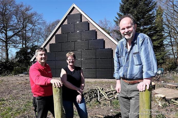 Martin Koopman (installateur), Petra Waning en Bert Smeenk voor de gevel met verticaal gemonteerde zonnepanelen.