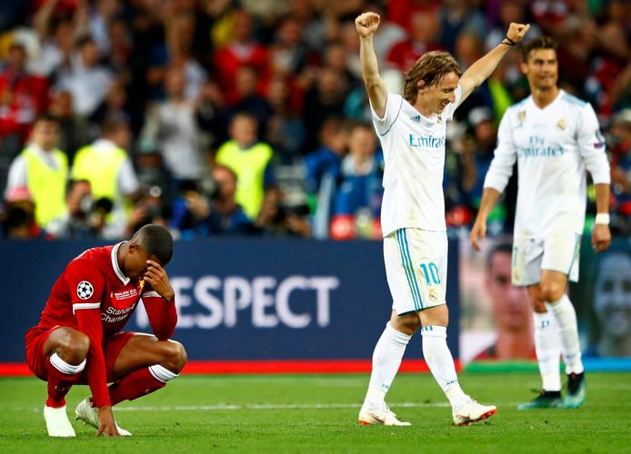 Luca Modric aan het juichen terwijl Giorginio Wijnaldum baalt.