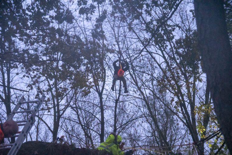 Een poging om de man te evacueren met een helikopter mislukte door de dichte begroeiing en het slechte weer.