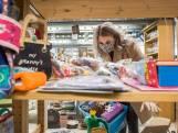 Cadeautjes scoren bij de kringloop geeft plezier voor twee: 'Die laat ik niet hangen voor 3,50 euro'