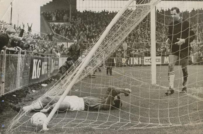 1966-1967:  Ajax vindt maar liefst 122 keer het doel. Hier heeft Sjaak Swart zojuist gescoord tegen Feyenoord, keeper Eddy Pieters graafland moet wederom vissen.