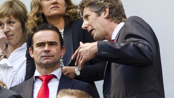 Marc Overmars (l) in overleg met Edwin van der Sar.