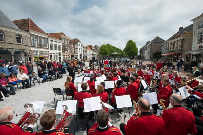 Koninklijke Harmonie Kunst en Eer tijdens een concert op het Havenplein in Zierikzee.