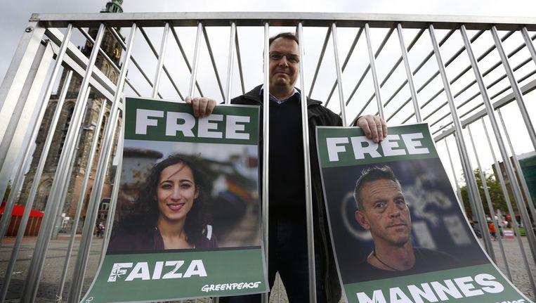 Een sympathisant van de Nederlandse Greenpeace-activisten Mannes Ubels en Faiza Oulahsen tijdens een demonstratie in Groningen. Beeld anp