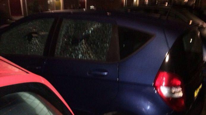 Een vernielde auto van Uberpop-chauffeur in Amsterdam