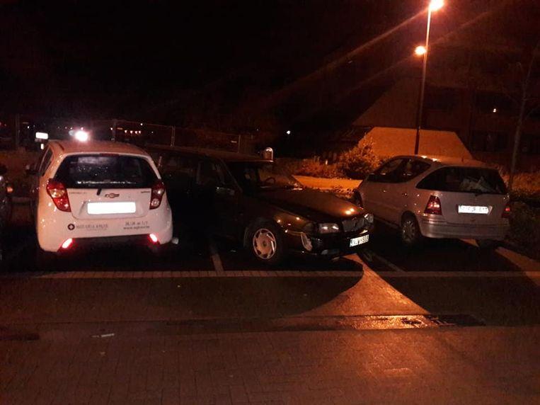 Vier voertuigen raakten beschadigd op een parking in Harelbeke.