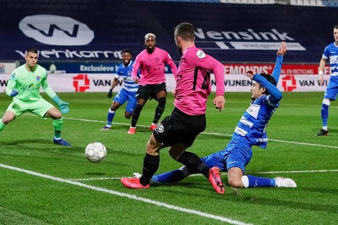 Yuta Nakayama (rechts) staat tegen Vitesse centraal achterin bij PEC.