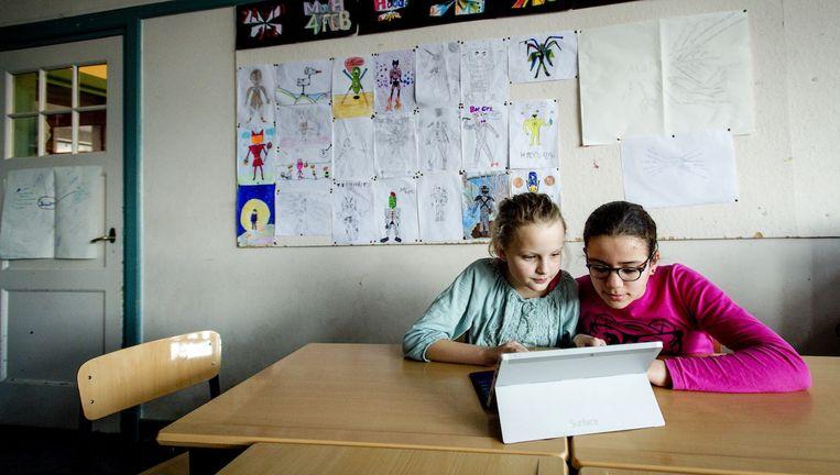 Leerlingen blijken meer en sneller te leren met de slimme tablets. Beeld anp