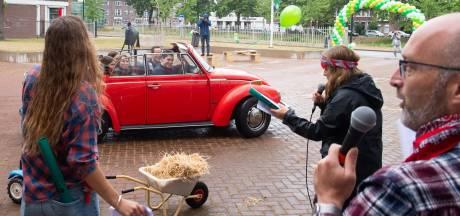 Drive-through bij Stedelijk Gym in Breda om geslaagde afzwaaiers in het zonnetje te zetten