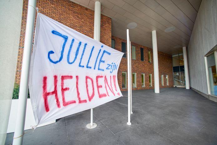 Coronacrisis:  Spandoek met compliment voor zorgpersoneel bij ziekenhuis Bernhoven te Uden. Fotograaf: Van Assendelft/Jeroen Appels
