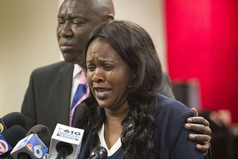 Clintina Rolle, moeder van Delucca Rolle, reageerde emotioneel tijdens een persmoment met haar advocaat over het gewelddadige incident met haar zoon.