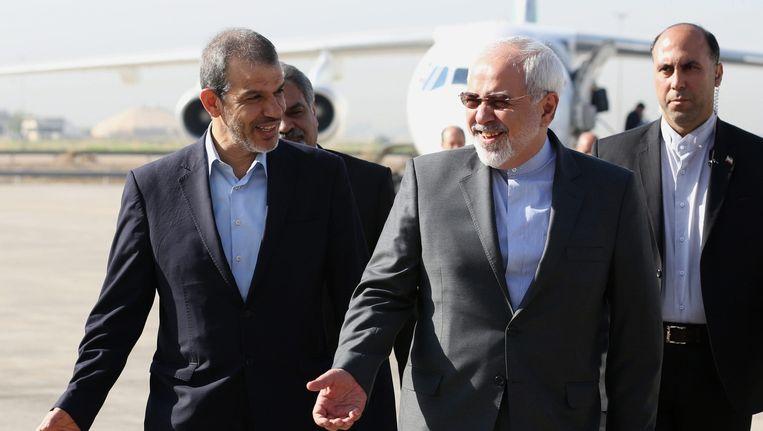 De Iraanse minister van Buitenlandse Zaken Mohammad Javad Zarif (r, met bril) op het vliegveld van Bagdad Beeld EPA