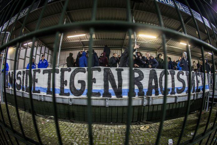 Spandoeken tegen racisme bij het supportersvak van FC Den Bosch bij aanvang van de eerstedivisiewedstrijd tegen Almere City.