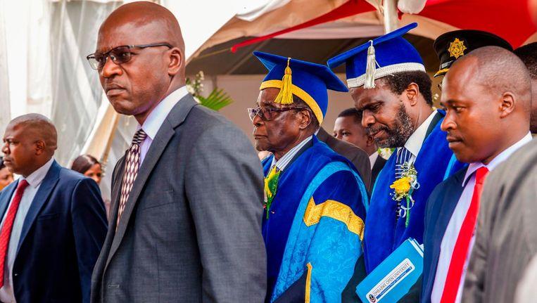 Robert Mugabe verscheen vrijdag ineens in het openbaar bij een diploma-uitreiking op de universiteit. Beeld anp