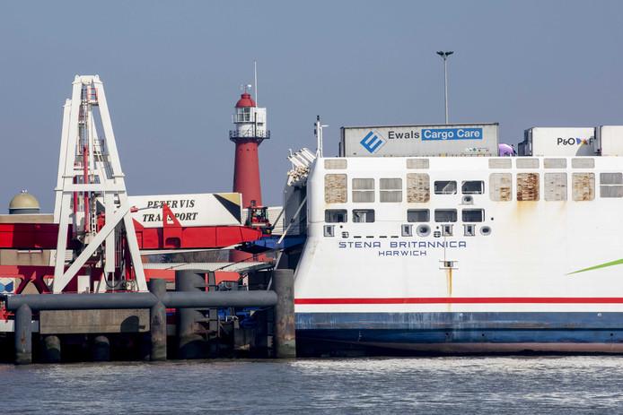 Een truck rijdt een ferry op op de Maasvlakte. Nergens in Europa zouden de gevolgen van een Brexit duidelijker zijn dan in Rotterdam, de grootste haven van Europa.