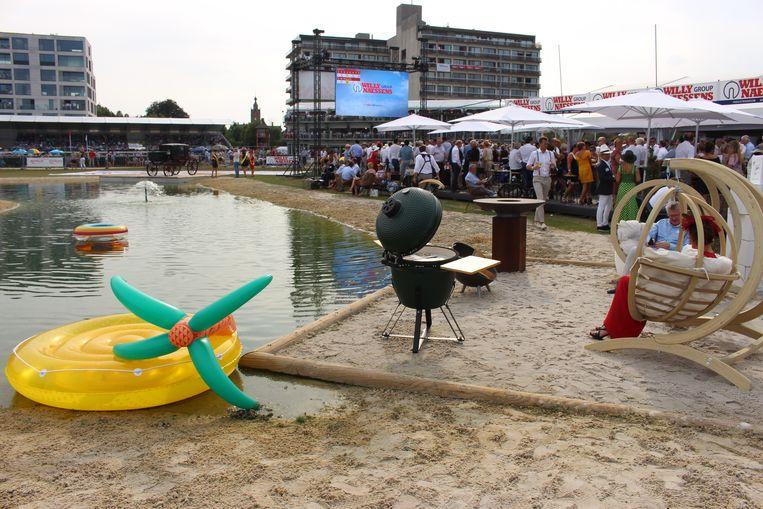 Zwembadbouwer Willy Naessens had een strand aangelegd vlakbij zijn vip-tent op het middenplein.