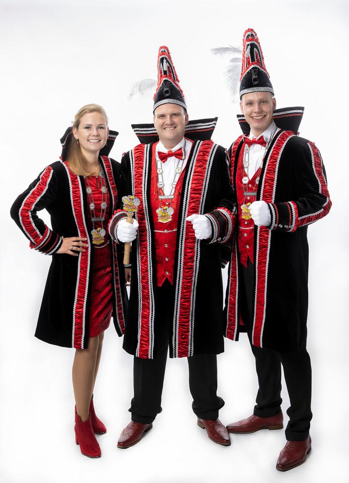 Prins Koen en zijn twee adjudanten Danny en Tamara Hartkamp van de Melbuulkes uit Borne.