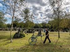 René speurt meter voor meter de begraafplaats af, op zoek naar explosieven