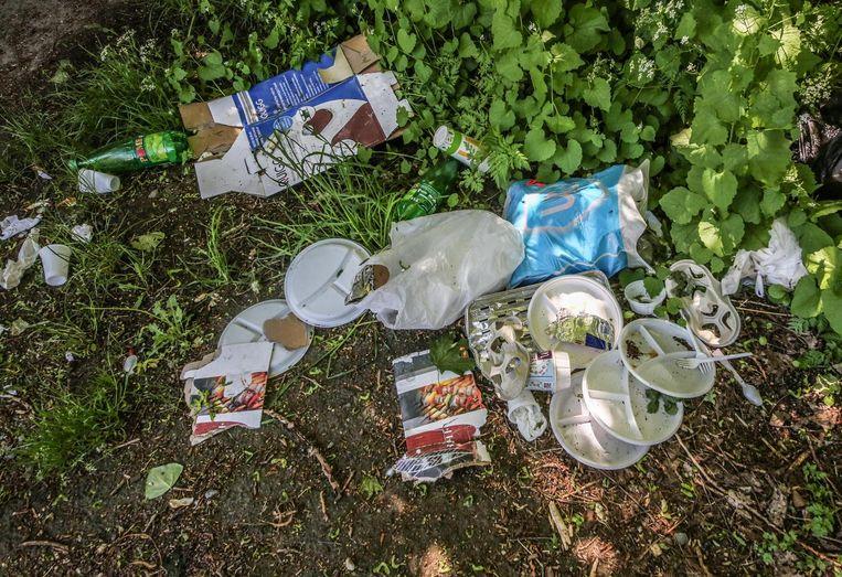 Veel bezoekers laten er ook afval achter.