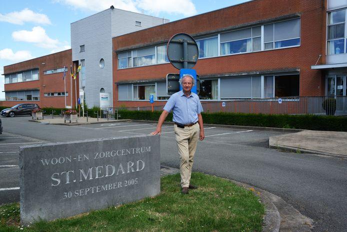 Burgemeester Marc Lewyllie bij het rusthuis. (Foto genomen voor de coronacrisis)