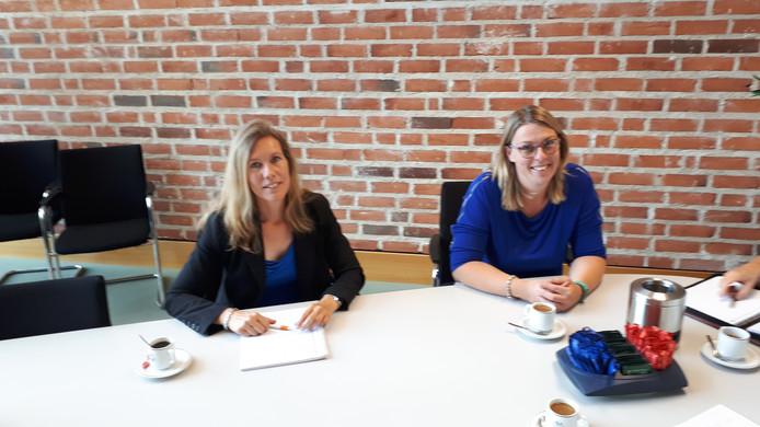 De werkgroepleden Marleen Kempers (links) en Loïs Buter voor het begin van hun gesprek met wethouder Margreet Overmeen-Bakhuis over het massale verzet in de buurtschappen Hancate, Egede en Eelen en Rhaan tegen de mogelijke bouw van een zorgcentrum aan de Ommerweg.