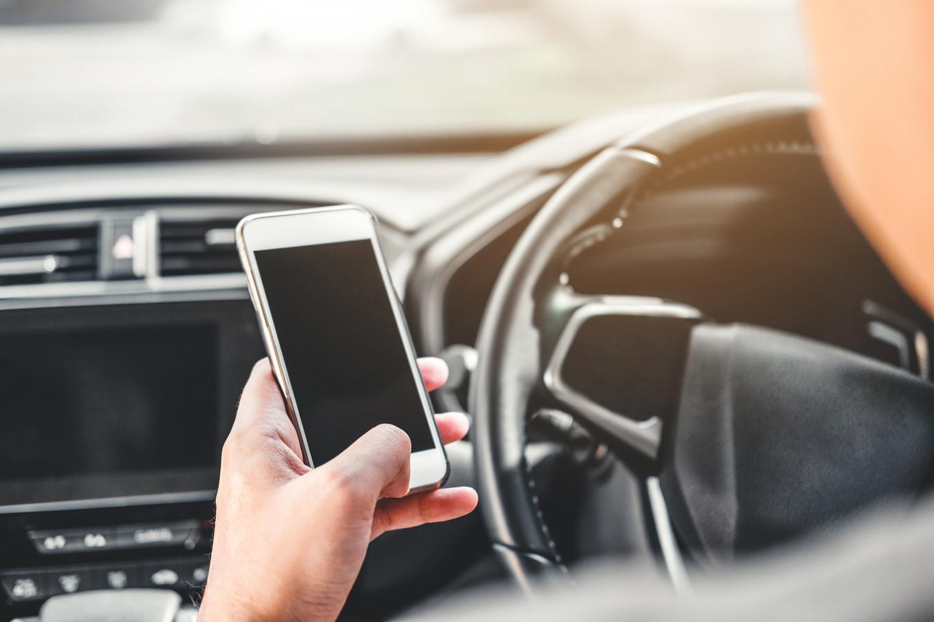 Meer boetes in verkeer voor appen bellen.