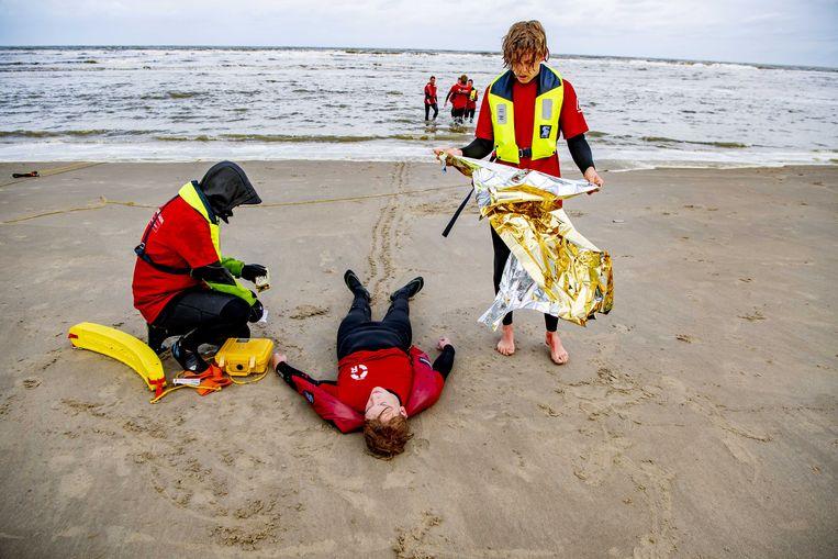 Deelnemers aan een cursus voor strandwachten. Beeld ANP