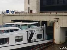 Billen knijpen: schip past maar net onder sluis bij Eefde