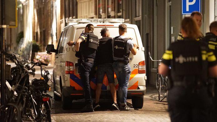 Een man werd vanavond door politieagenten met kogelwerende vesten om van het terras in Deventer geplukt en aanhouden.