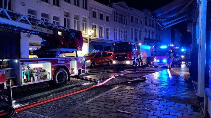 De brandweer in de Zuidzandstraat in Brugge.