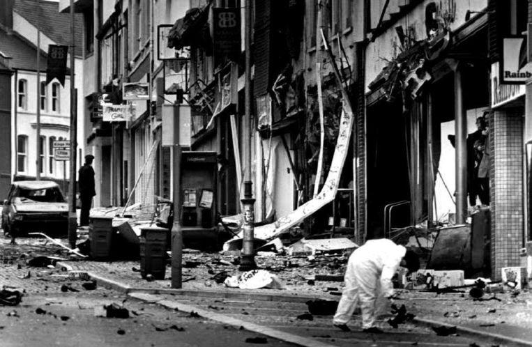 Het straatbeeld van het Noord-Ierse County Down, na een autobom van IRA op 22 October 1992. Beeld afp