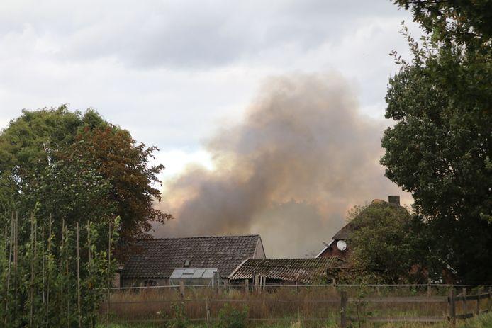 Er is veel rookontwikkeling ontstaan door de grote brand in Bennekom.