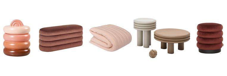Van links naar rechts: opbergpot 'Bubble', Fluwelen bankje 'Alto', Doorgestikte 'Filled Quilt'-deken, bijzettafels 'Scala', poef 'Ring Ring'. Beeld