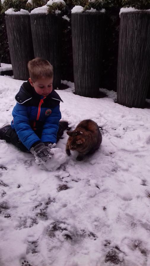 Gezellig spelen samen met de sneeuw in Elst.