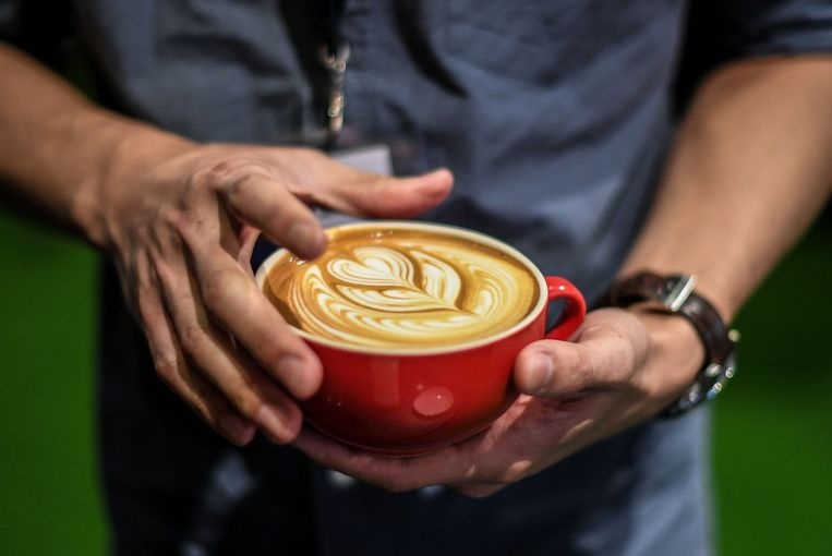 Een creatie van een barista tijdens de Best Pour Latte Art-wedstrijd in Kuala Lumpur in 2017 Beeld AFP