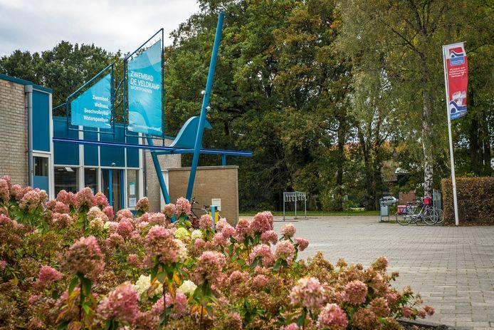 Bij zwembad De Veldkamp in Wezep is medio september een badmeester op non-actief gesteld wegens mogelijk seksueel grensoverschrijdend gedrag.