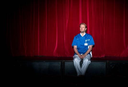 Rob van Nieuw Amerongen uit Helmond is normaal toneelmeester bij het Parktheater. Omdat het werk stilligt, is hij nu tijdelijk vrijwilliger bij het interne patiëntenvervoer bij het Elkerliek Ziekenhuis.