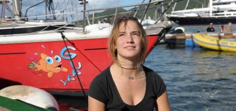 Zeilmeisje Laura rouwt over op rif gestrande zeilboot Guppy