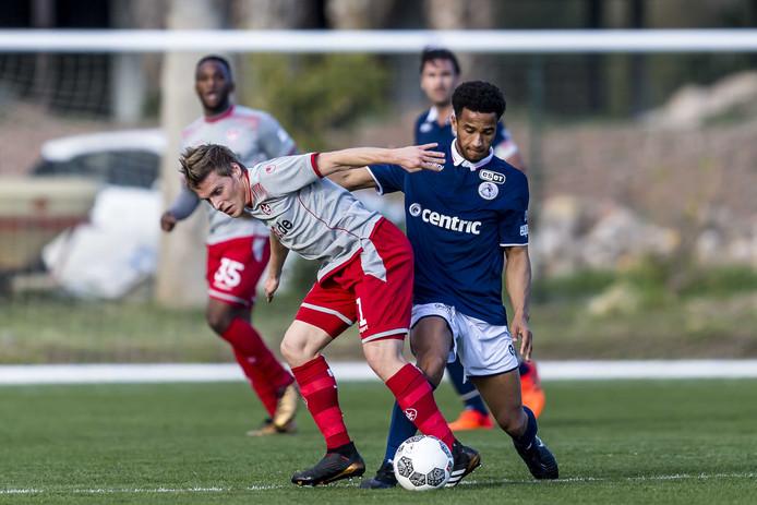 Spartaan Ryan Sanusi (rechts) in actie tegen Kaiserslautern