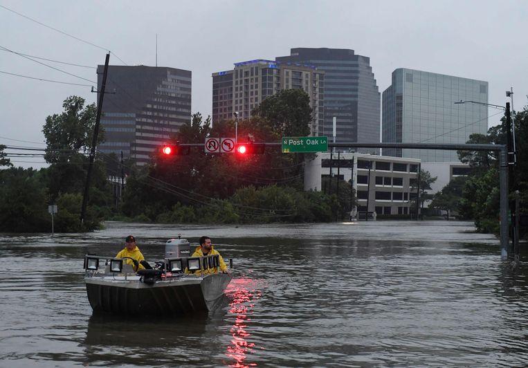 De hulpdiensten in Houston speuren dag en nacht naar mensen in nood. Beeld AFP